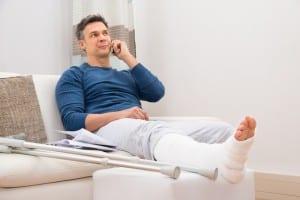 Gipsverband am Bein zur Rehabilitation