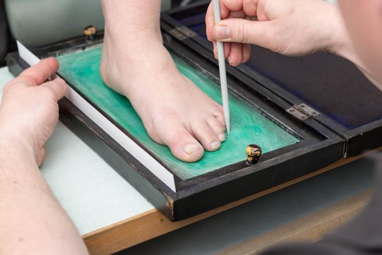 Fußmessung zur Versorgung mit orthopädischen Einlagen.