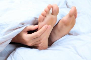 Gewölbte Füße bei einem Hohlfuß.