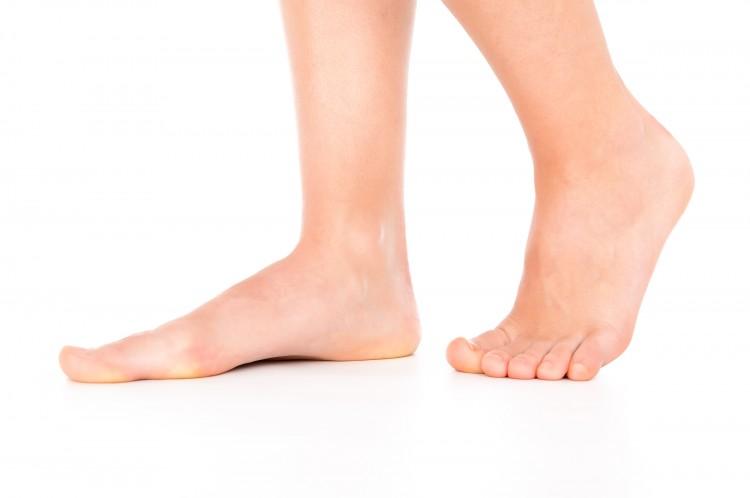 Beim Plattfuß liegt der Fuß komplett am Boden auf.