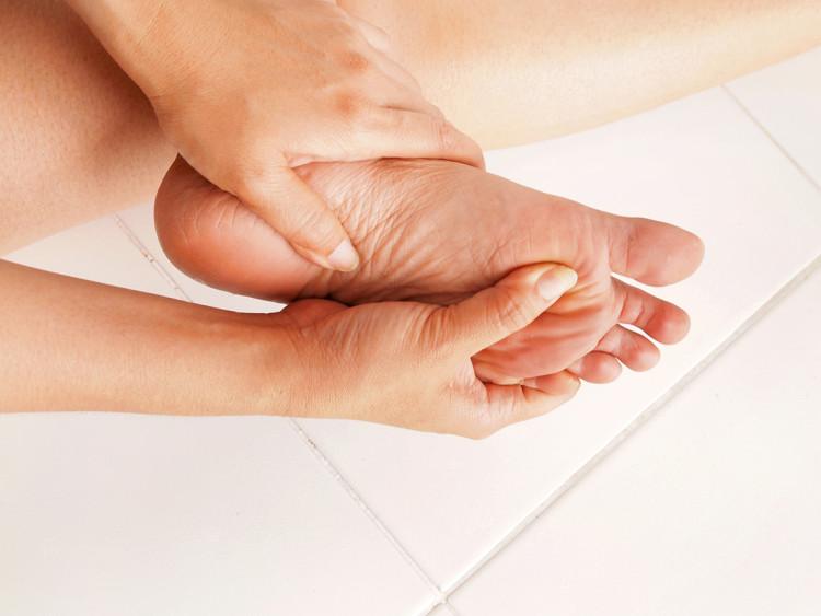 Die diabetesadaptierte Fußbettung hilft Diabetikern, ihre Beschwerden zu verringern.