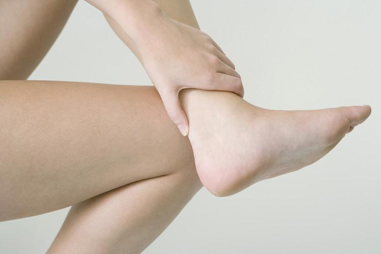 Schmerzender Fuß durch Reizung der Achillessehne.