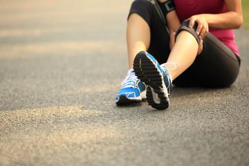 Bei einer Schleimbeutelentzündung sollten Sie Ihr Knie umgehend schonen, ruhigstellen und kühlen.