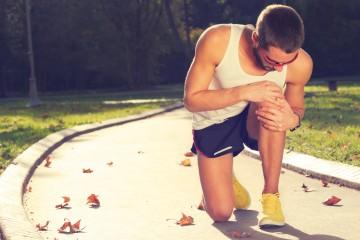 Schmerzhaft und auf jeden Fall mit dem Arzt abzuklären: Wenn die Kniescheibe rausspringt, sollten Sie auf jeden Fall zeitnah handeln.