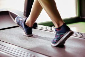 Eine Bewegungsanalyse prüft zum Beispiel Druckmuster am Fuß und ist unter anderem beim orthopädischen Facharzt oder beim Orthopädieschuhtechniker durchführbar