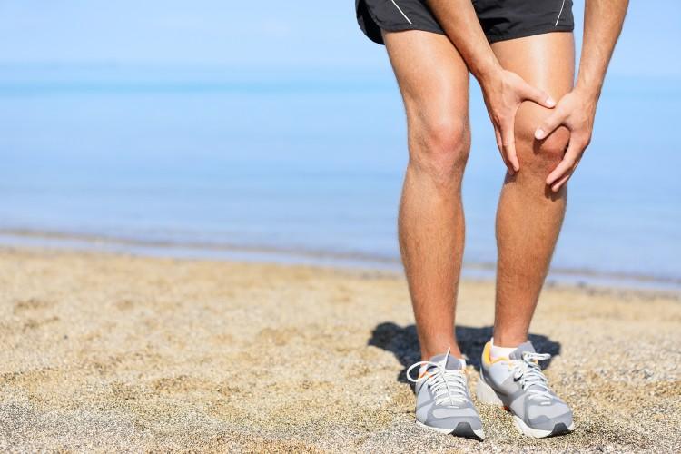 Eine Thrombose im Knie verursacht Beinschmerzen und führt zu Schwellungen. Konsultieren Sie unbedingt einen Arzt.